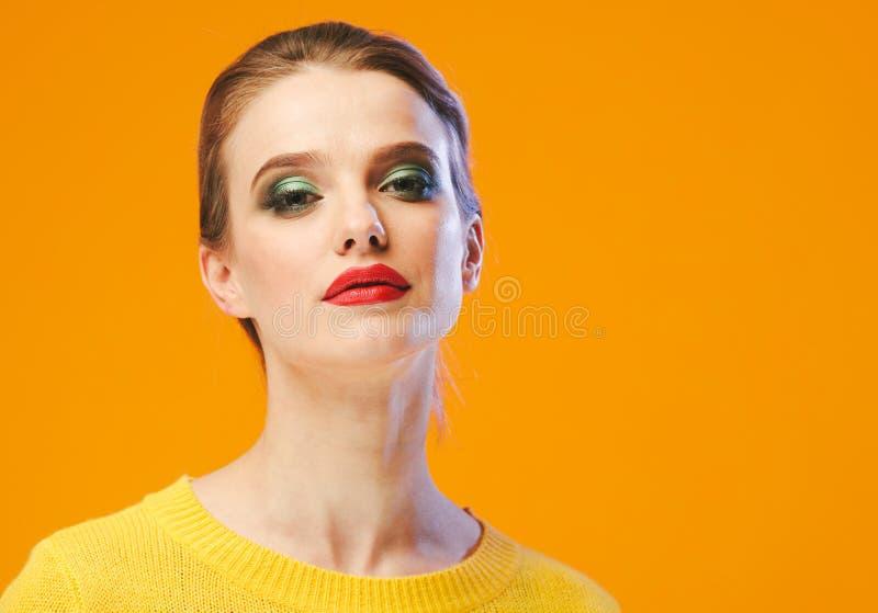 Rote Lippen der bunten Make-upfrau in der gelben Kleidung auf Farbglücklichem Sommer-Modehintergrund manikürten Nägel lizenzfreies stockbild