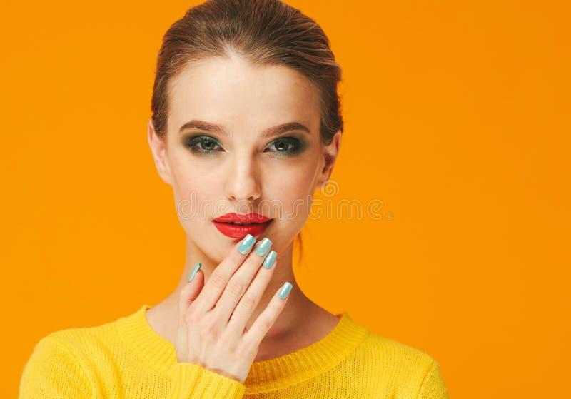 Rote Lippen der bunten Make-upfrau in der gelben Kleidung auf Farbglücklichem Sommer-Modehintergrund manikürten Nägel lizenzfreie stockfotografie