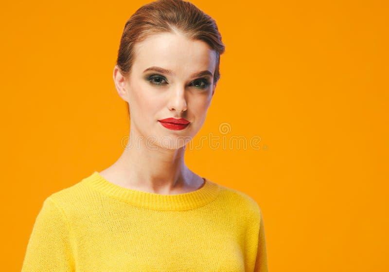 Rote Lippen der bunten Make-upfrau in der gelben Kleidung auf Farbglücklichem Sommer-Modehintergrund manikürten Nägel stockfotos
