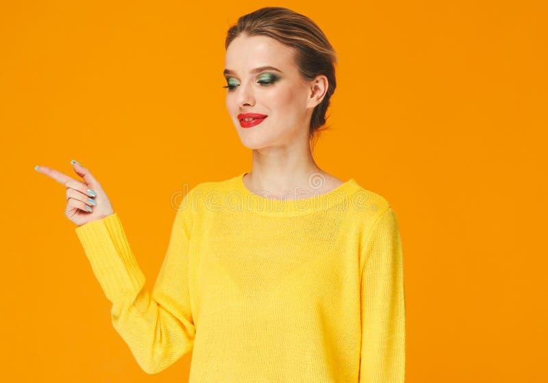 Rote Lippen der bunten Make-upfrau in der gelben Kleidung auf Farbglücklichem Sommer-Modehintergrund manikürten Nägel lizenzfreies stockfoto