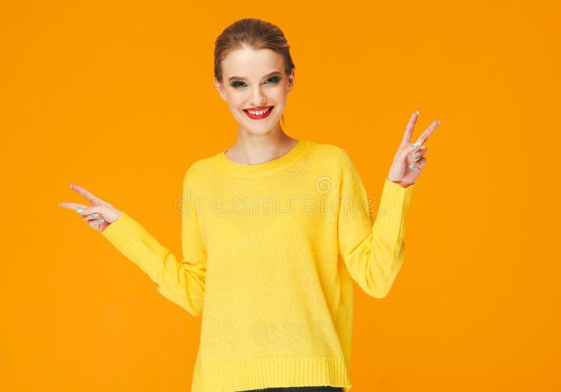 Rote Lippen der bunten Make-upfrau in der gelben Kleidung auf Farbglücklichem Sommer-Modehintergrund manikürten Nägel stockfotografie