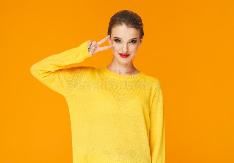 Rote Lippen der bunten Make-upfrau in der gelben Kleidung auf Farbglücklichem Sommer-Modehintergrund manikürten Nägel lizenzfreie stockfotos