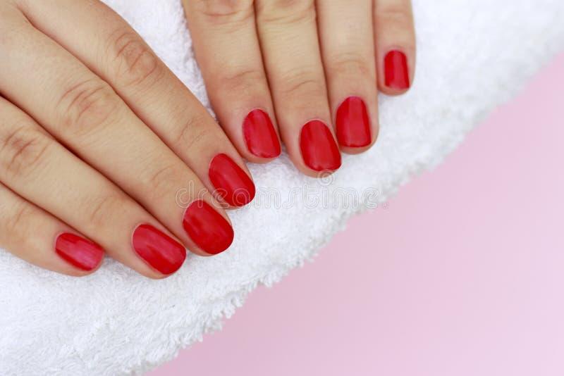 Rote Maniküre auf weißem Tuch, Kopienraum lizenzfreie stockfotos