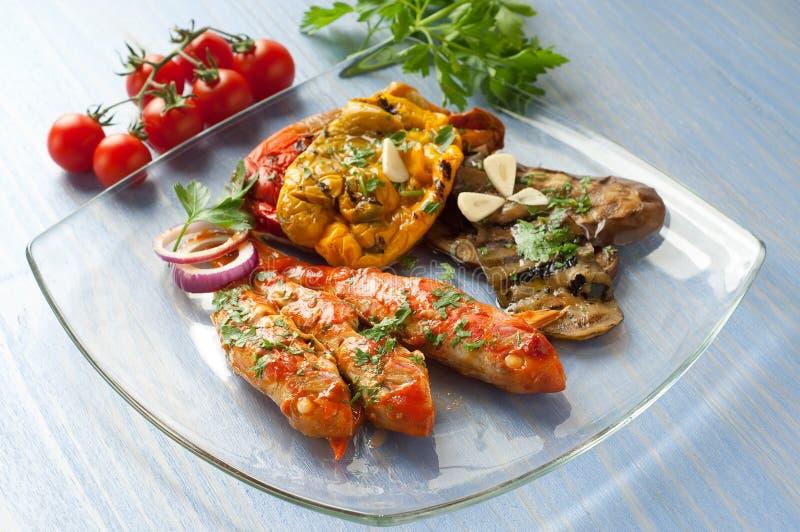 Rote Meeräschen mit gegrilltem Gemüse stockfotos