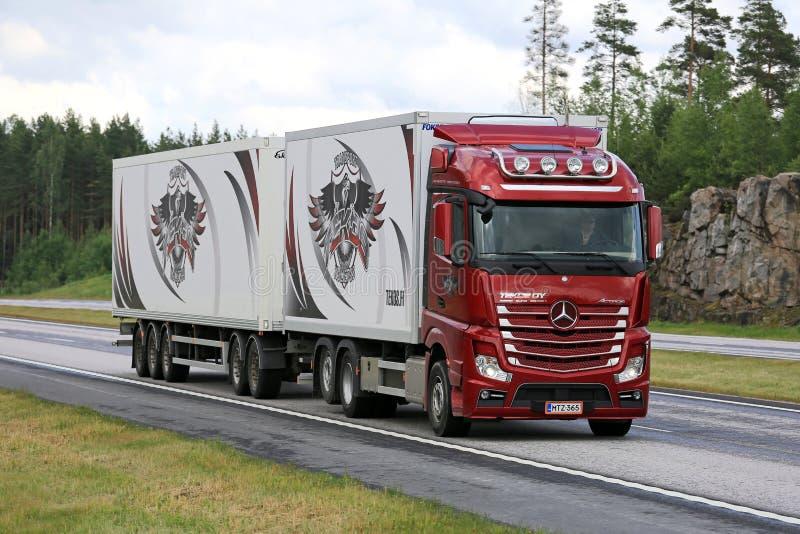 Rote Mercedes-Benz Actros Truck Transport auf Autobahn lizenzfreie stockbilder