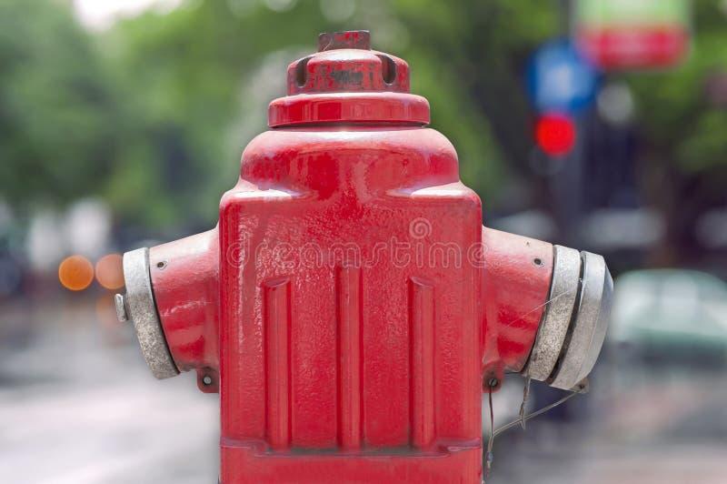 Rote metallische Hydrant oder Feuerwehr-Verbindung lokalisiert stockbilder