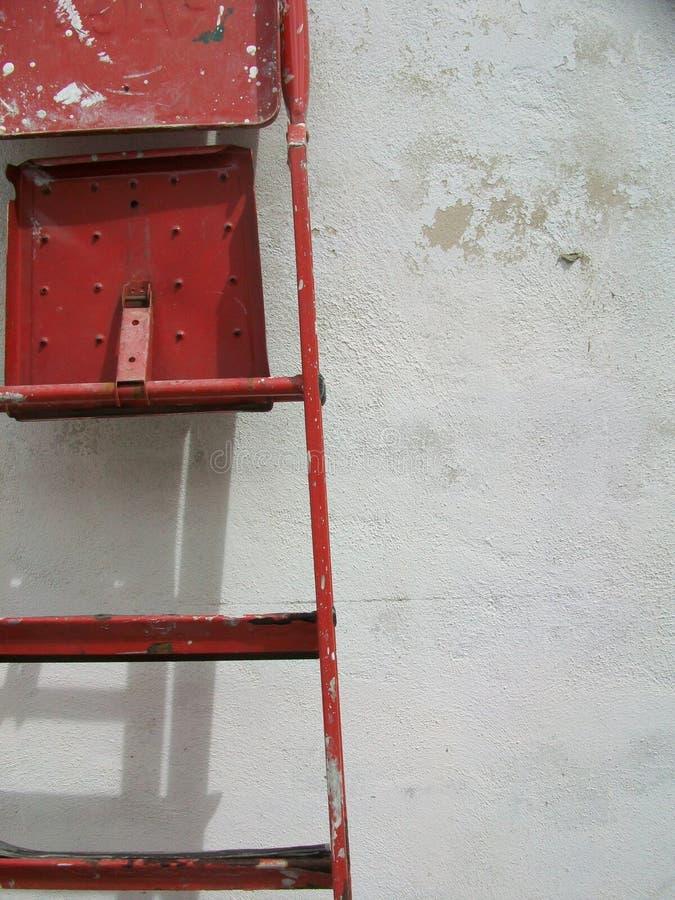 Rote Metallleiter im Garten lizenzfreies stockfoto