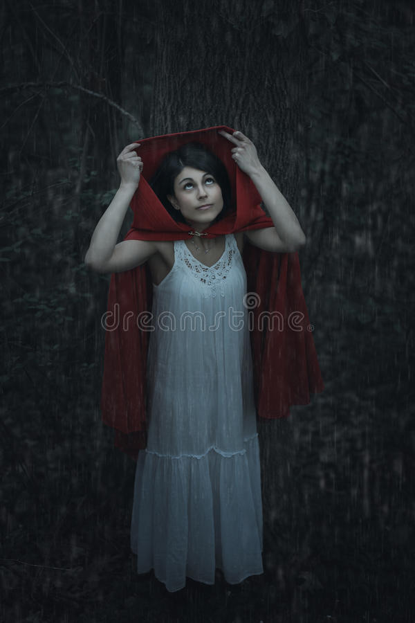 Rote mit Kapuze Frau unter dem Regen lizenzfreie stockfotos
