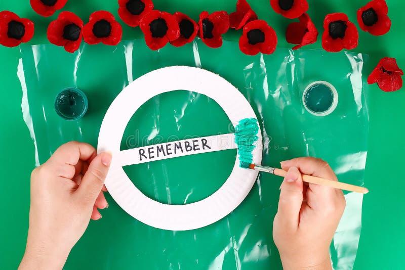 Rote Mohnblume Anzac Day, Erinnerung Diy-Kranzes, erinnern sich, der Volkstrauertag, der von den Pappeierablagen gemacht wird stockfoto