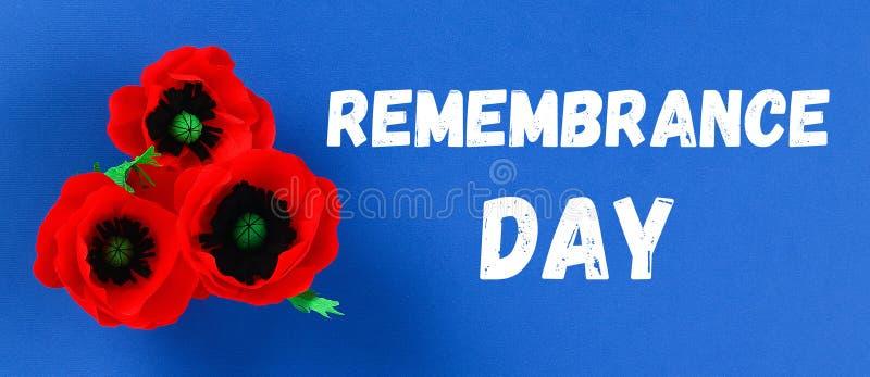 Rote Mohnblume Anzac Day, Erinnerung Diy-Papiers, erinnern sich, Volkstrauertagkrepppapier auf blauem Hintergrund lizenzfreie stockfotografie