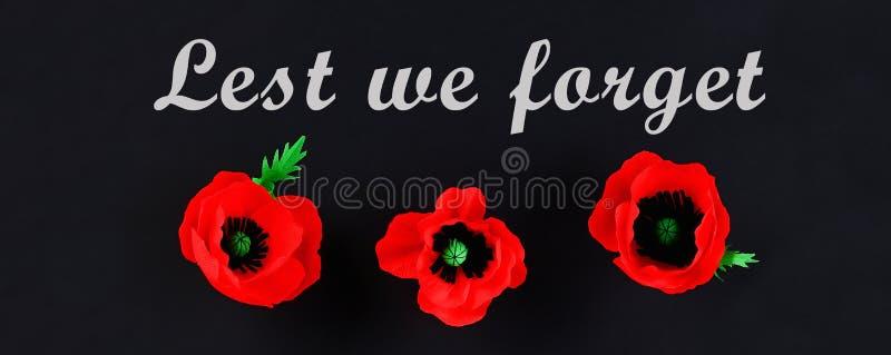 Rote Mohnblume Anzac Day, Erinnerung Diy-Papiers, erinnern sich, Volkstrauertagkrepppapier auf schwarzem Hintergrund stockbild