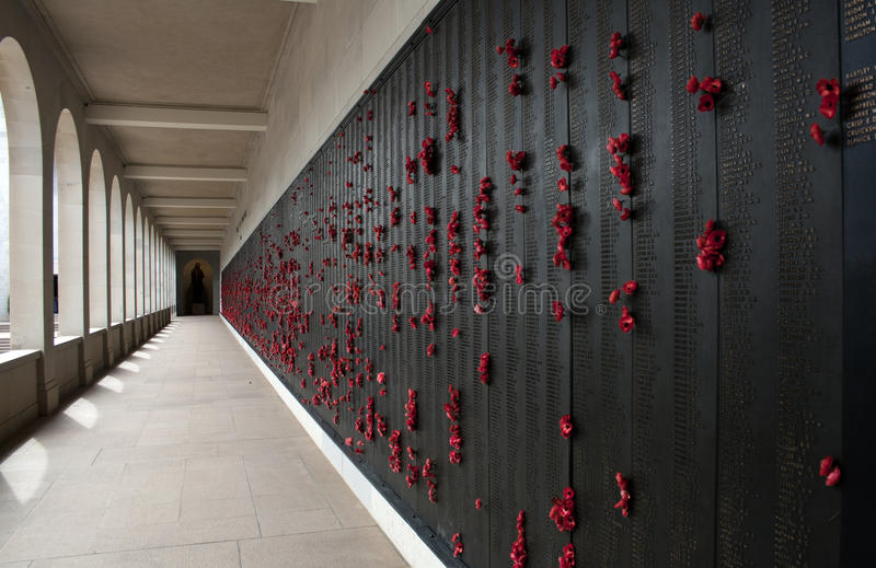 Rote Mohnblumen punktieren das australische Kriegs-Denkmal stockfotos