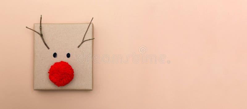 Rote Nasenrengeschenkbox stockfoto