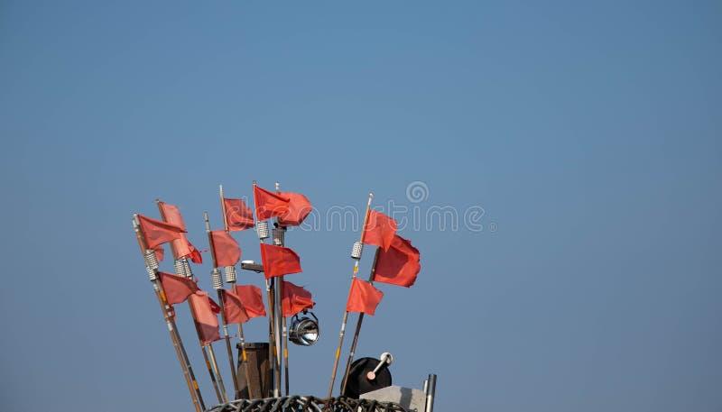 Rote Nettomarkierungsflaggen auf einem traditionellen Fischerboot, Kopienraum lizenzfreie stockfotografie