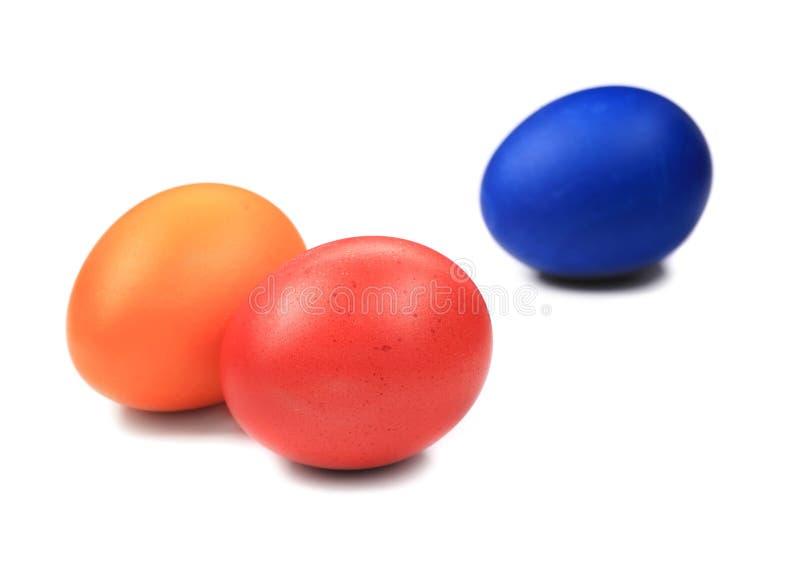 Rote orange und blaue Ostereier lizenzfreie stockfotografie