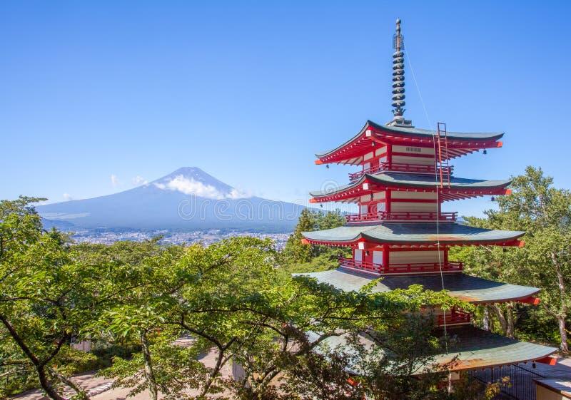 Rote Pagode und Berg Fuji Japans Chureito im Sommer lizenzfreies stockfoto