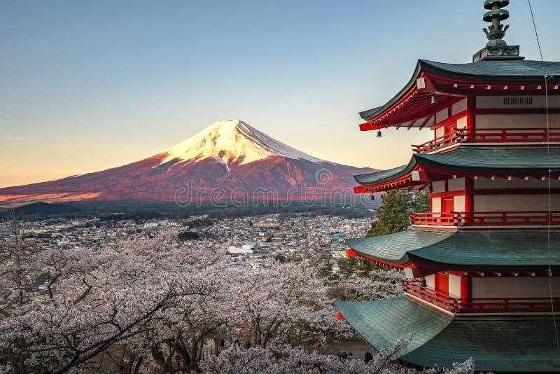 Rote Pagode und rotes Fuji in der Morgenzeit lizenzfreie stockbilder