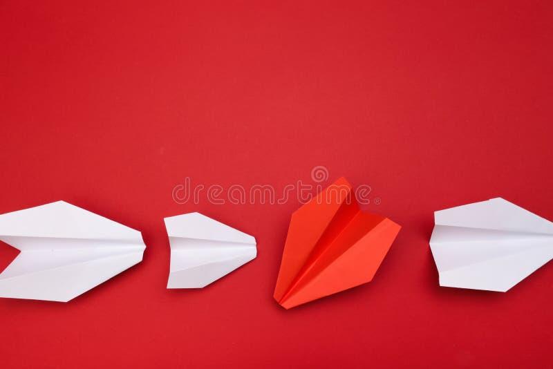 Rote Papierflugzeuge des Siegers auf rotem Hintergrund lizenzfreie stockbilder