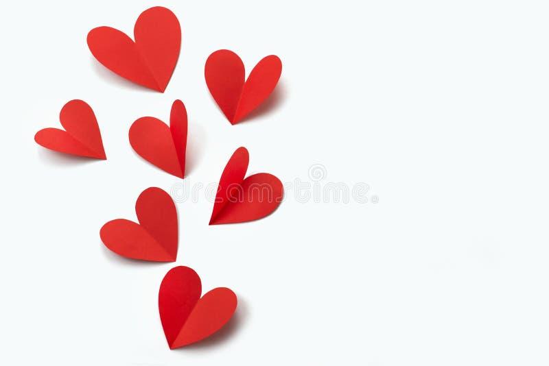 Rote Papierherzen auf weißem Hintergrundkonzept von Valentine' s-Tag lizenzfreie stockfotografie