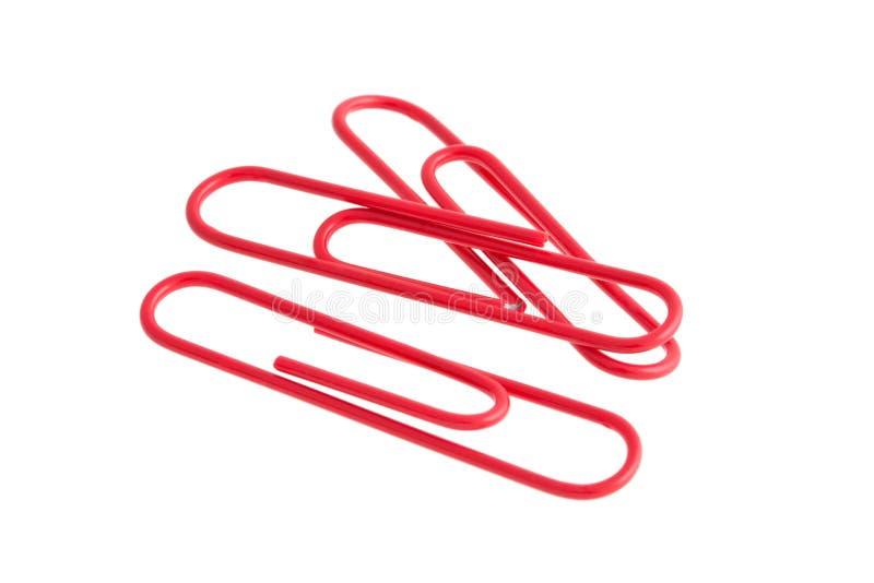 Rote Papierklammern getrennt auf weißem Hintergrund stockfotos