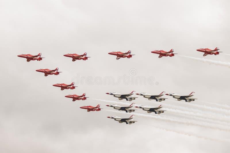 Rote Pfeile und Thunderbirds bilden sich oben in einer Luftparade lizenzfreies stockbild