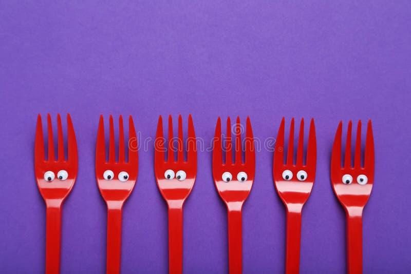 Rote Plastikgabeln lizenzfreie stockbilder