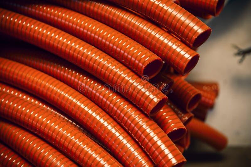 Rote Plastikschläuche lizenzfreies stockfoto