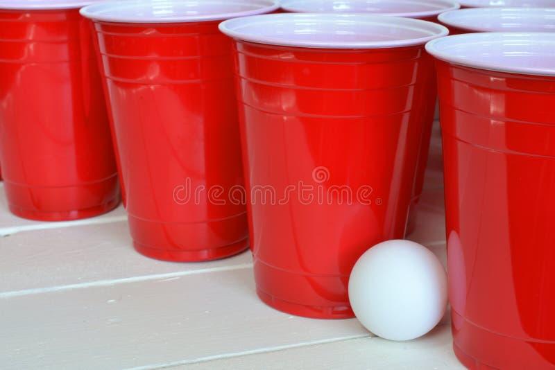 Rote Plastiktrinkbecher stockfotografie