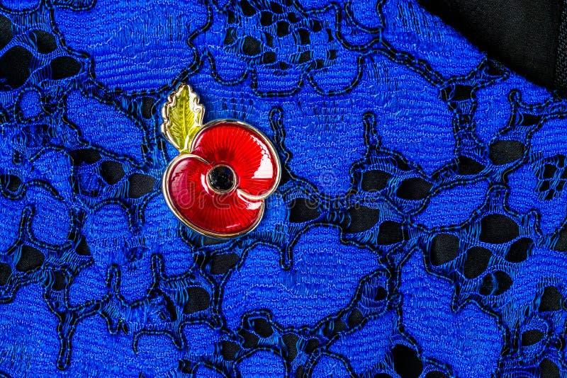 Rote Poppy Pin als Symbol des Erinnerungs-Tages stockfotografie