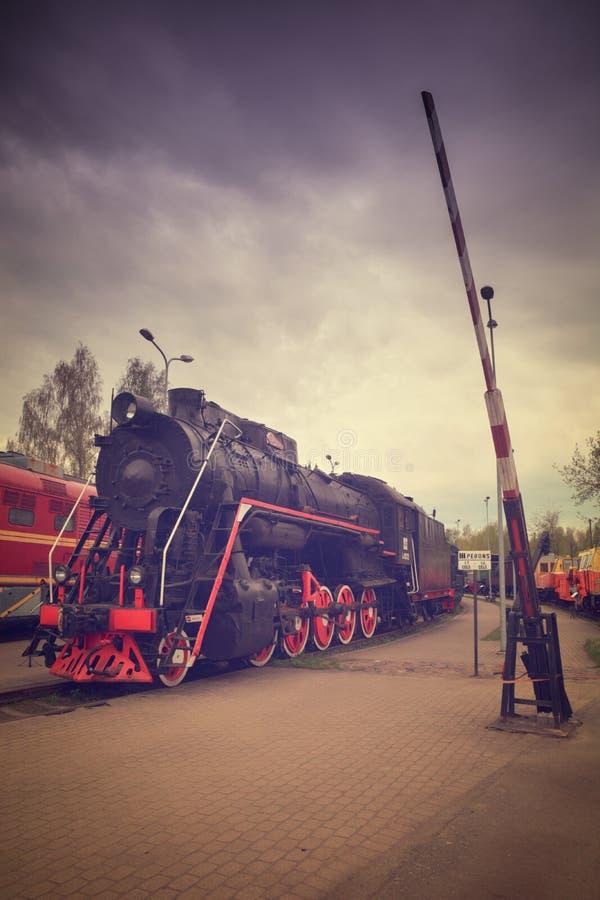 Rote Räder des Dampfzugs auf Schienen stockbilder