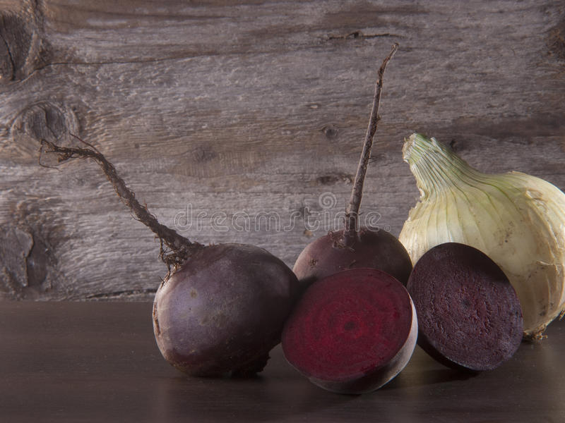 Rote Rüben und Zwiebel auf Holzoberfläche lizenzfreie stockfotografie