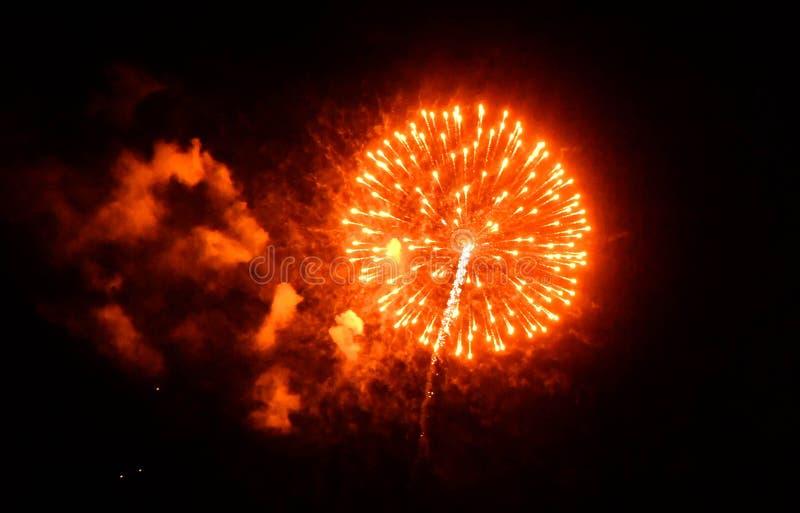 Rote, rauchige Feuerwerke lizenzfreies stockfoto