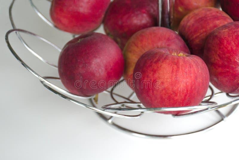 Rote reife Äpfel in einem Metallvase für Früchte lizenzfreies stockfoto