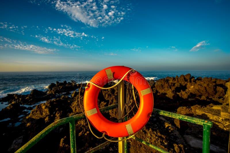 Rote Rettungsleine auf der Küste lizenzfreie stockbilder