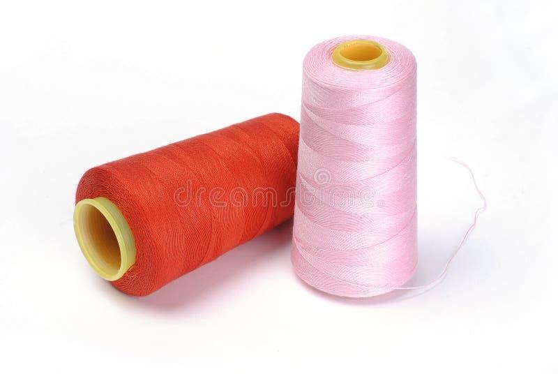 Rote rosa Nähgarnverpackung lizenzfreie stockbilder