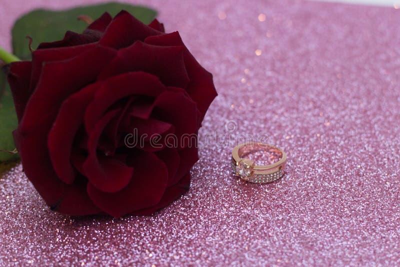 Rote Rose auf unscharfem bokeh Hintergrund, Postkarte für Valentinstag Ring für Betrothal stockfotografie