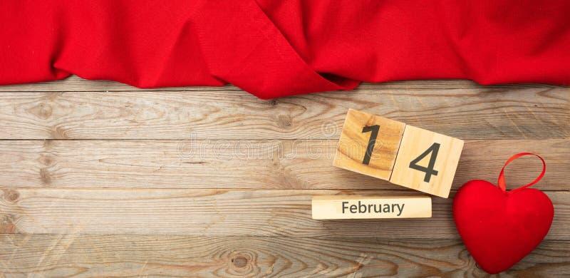 Rote Rose Draufsicht des roten Herzens und des Kalendertags, hölzerner Hintergrund stockbild