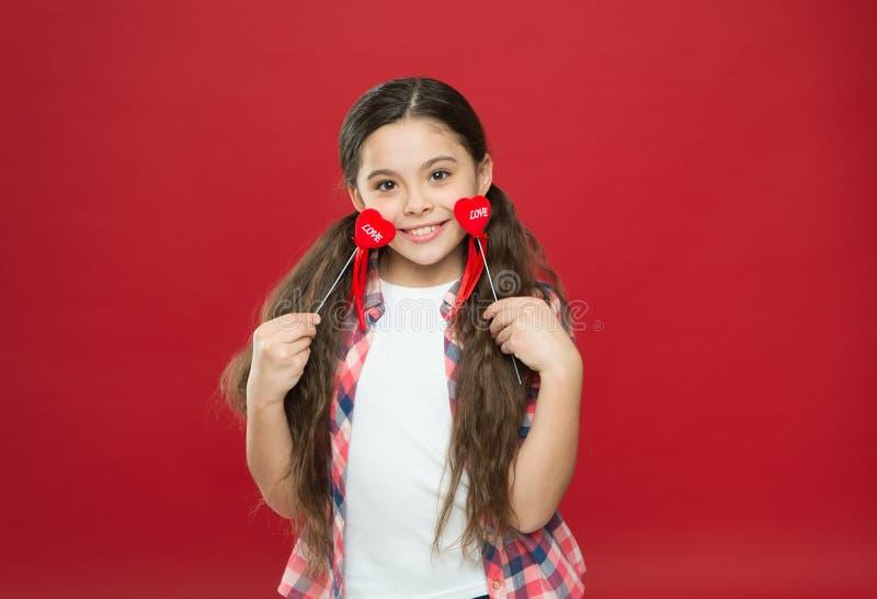 Rote Rose Kleines Mädchen mit nettem Blick Glückliches kleines Mädchen Liebe und Familie Kindheitsglück Februar-Feiertag stockfotografie