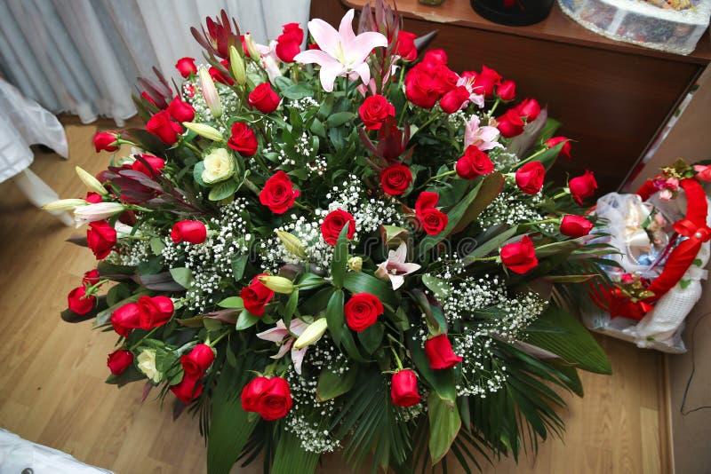 Rote Rosen auf dem Boden Geburtstag Große Rosenbukett lizenzfreie stockbilder