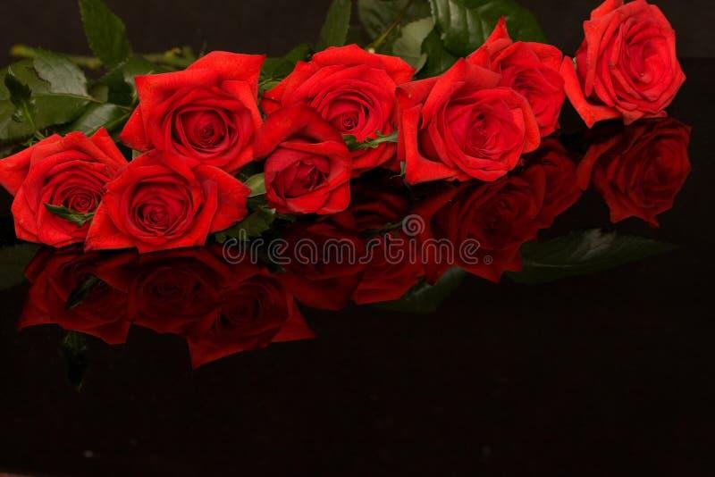 Rote Rosen auf Schwarzem lizenzfreies stockbild