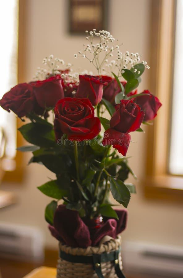 Rote Rosen in einem Korb lizenzfreies stockfoto