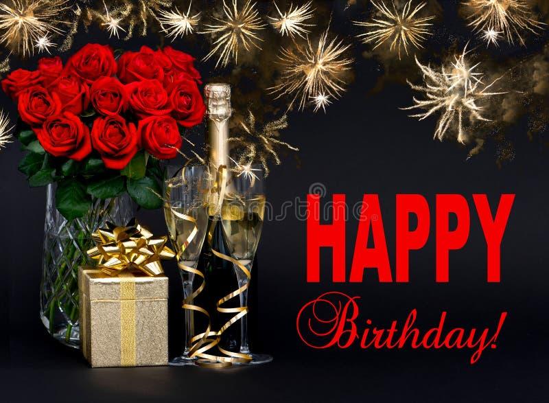 Rote Rosen, Flasche Champagner, goldenes Geschenk mit schönem firew lizenzfreie stockfotografie