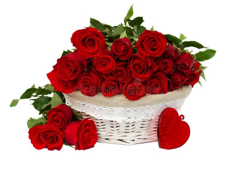 Rote Rosen im Korb lizenzfreies stockfoto