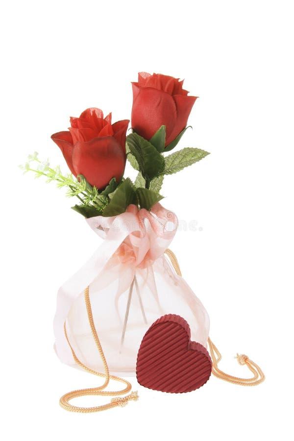 Rote Rosen im Quetschkissen stockbilder