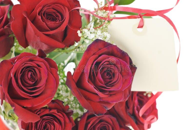 Rote Rosen mit Geschenk-Marke lizenzfreie stockbilder