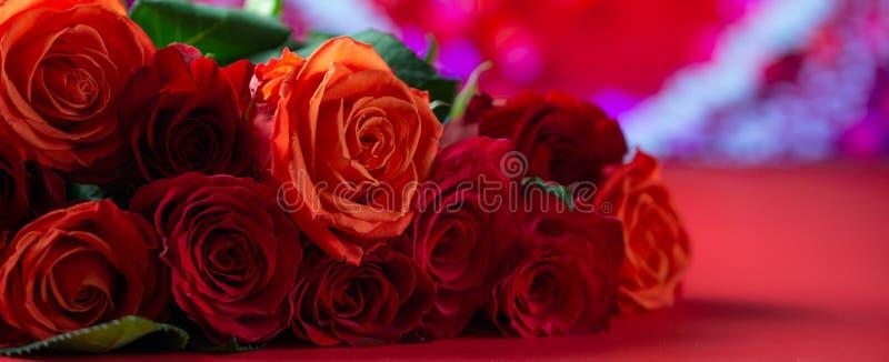 Rote Rosen mit rotem Hintergrund, Glückwünsche zum Valentinstag, zum Geburtstag oder zum Tag der Happy Love Romantik, Banner lizenzfreie stockfotografie