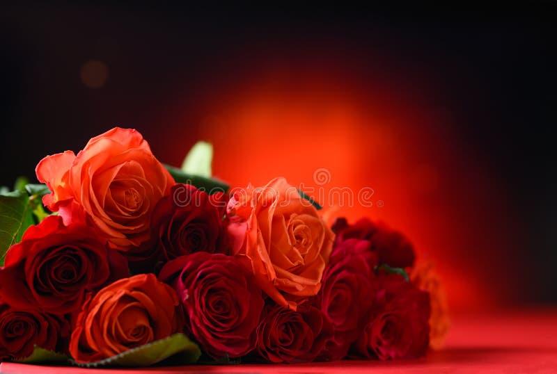 Rote Rosen mit rotem Hintergrund, Glückwünsche zum Valentinstag, zum Geburtstag oder zum Tag der Happy Love Romantik, Postkarte stockbild