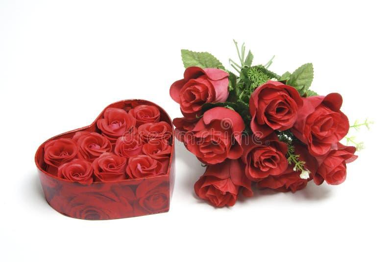 Rote Rosen und Geschenk-Kasten lizenzfreie stockfotografie