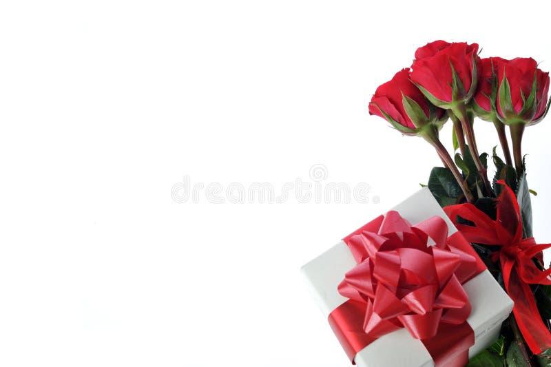 Rote Rosen und Geschenk mit Farbband lizenzfreies stockfoto