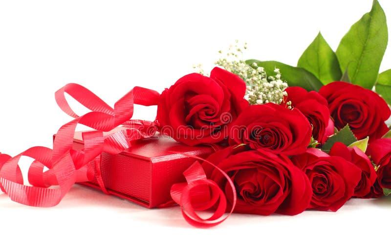 Rote Rosen und Geschenkbox lizenzfreie stockbilder